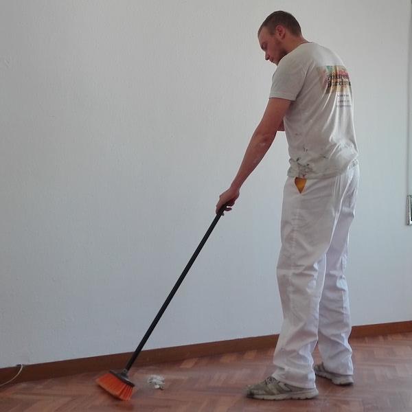 Pintor limpia zona pintura