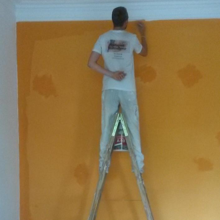 Pintando Pared Amarilla en varias capas